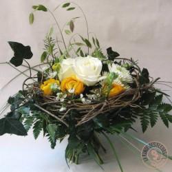 bouquet nid de fleurs blanc jaune