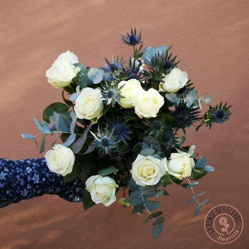 eden bouquet délicat roses blanches, eucalyptus et chardond bleus