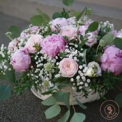 panier romantique de pivoines et roses livraison fleurs rennes
