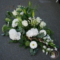 raquette de fleurs blanches