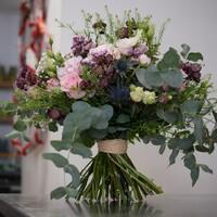 Un bouquet rond comme on aime avec de belles finitions! On recherche toujours un apprenti fleuriste par ici!  #bouquetdefleurs #bouquetchampetre #pastel #printemps2021 #douceur #rennes #rennesmaville #rennescity #fleuriste #fleuristerennes #larondedesfleurs_rennes