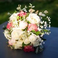 L'amour peut enfin être célébrer avec la reprise des mariages! Bouquet de la mariée printanier : pivoines, roses, renoncules! on adore et vous?  #bouquet de mariée #mariage  #mariage2021 #rennes #bretagne #fleuriste-rennes #larondedesfleurs-rennes
