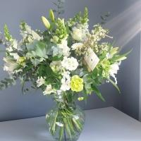 Un beau bouquet de fleurs blanches dans son vase!  #bigbouquet #bouquetchampetre #bouquetdefleurs #bouquetdesaison  #fleuristerennes #rennes #offrirdesfleurs #larondedesfleurs_rennes